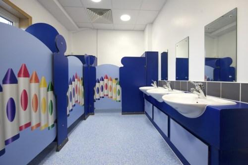 Vì sao nói vách ngăn composite phù hợp cho nhà vệ sinh tiểu học